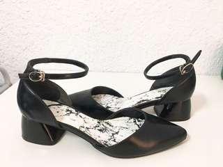 🚚 DAPHNE 達芙妮黑色尖頭一字扣跟鞋