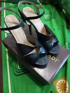 Sepatu heals merek yongki komaladi