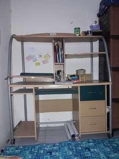 meja belajar sekaligus meja komputer