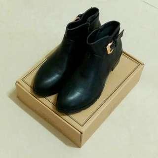 【降價】D+AF 質感扣環金屬鞋跟短靴 黑 女