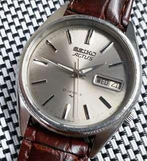 Seiko Actus 精工中古錶,銀灰色放射面,無番寫,斯文大方,原裝自動機芯,已抹油行走精神,錶頭35mm不連錶的,錶耳18mm,淨錶港幣$600,有意請pm