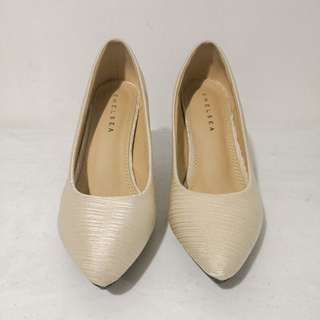 Chelsea Pumps/Office Shoes (Cream)