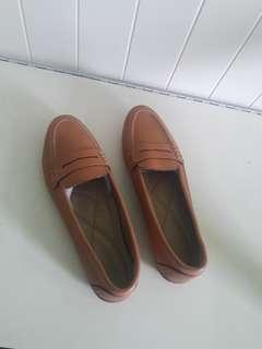 Sepatu merk. Symbolize