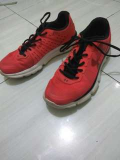 Sepatu UNDER ARMOUR Ukuran 42.5 Made In Vietnam