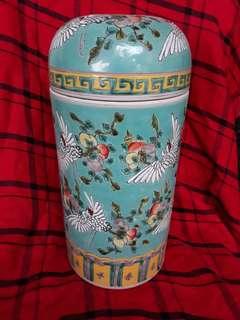 大请康熙年款粉彩花鸟中形罐。到代精品特价. 可以商議。