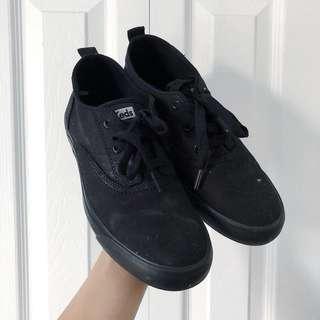 KEDS BLACK SNEAKERS.