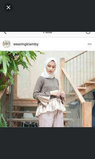 Blouse wearing klamby coffee green