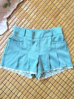 🚚 中高腰湖水綠蕾絲短褲