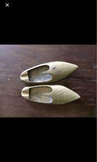 brass shoes display mini