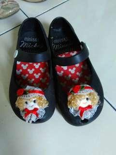 Sepatu minised hitam