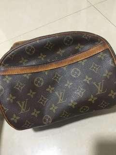 Pre-loved Louis Vuitton Blois Monogram Shoulder Bag