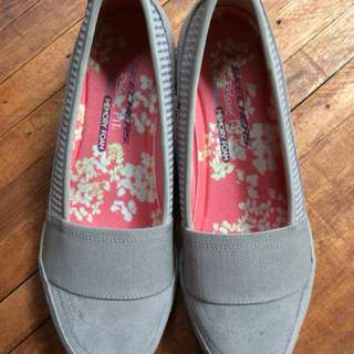 Skechers Relaxed Fit Cream