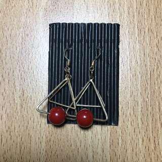 搖搖晃晃的紅珠耳環