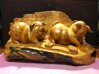 劉泰山老師雕刻台灣紅檜福氣豬