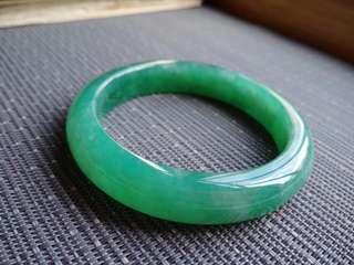 55圈口55.4*12.0*8.5mm特惠,冰糯種滿色滿綠寬邊手鐲,存在細微石紋不影響佩戴,編號0921