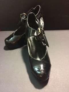 尋找37號腳 專櫃黑漆皮花苞設計鞋頭高跟