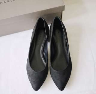 🚚 CHARLES&KEITH小CK黑色布面尖頭素面基本款百搭底跟金邊造型高跟鞋女鞋35號附鞋盒