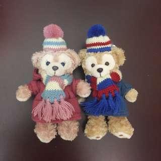 日本迪士尼絕版2012冬季有帽大衣款達菲雪莉玫站姿吊飾