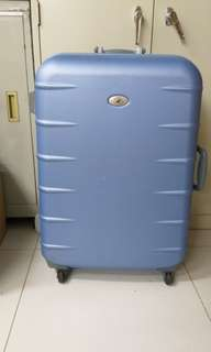 4 wheels luggage size H 29inch w 18ich. Handle cant pull up. Password lock cant use