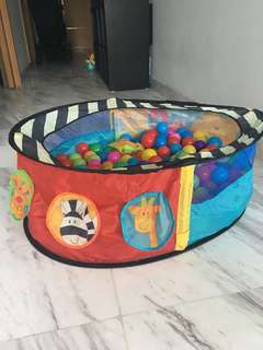 Ball pit with 250 plastic balls