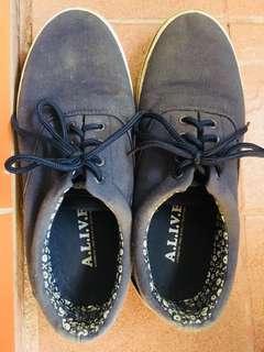 Sepatu sneaker