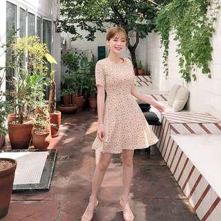 自製設計款✨ 小優雅碎花點綴傘襬裙短袖洋裝 dress ( CHUU 官網代購 ) 圓領 約會 曲線 腰身 連身裙