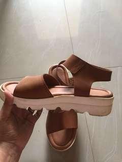 Sepatu sandal yongki komaladi