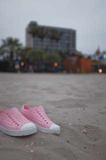 NATIVE - rubber shoes pink - keep it lite, bisa dipakai from the beach to the mall