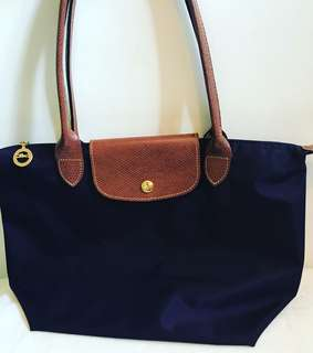 Authentic LONGCHAMP small long handle bilberry in excellent condition. Bought from Longchamp Greenbelt. For inquiries please text 09985112488