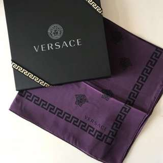 Versace 紫色方形絲巾