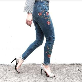 SUPER SALE! TOPSHOP EMBROIDERED JAMIE JEANS
