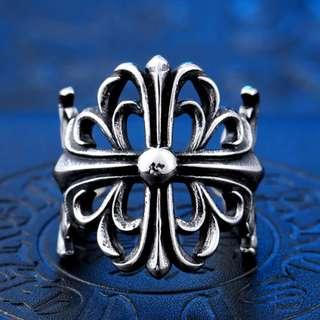 《 QBOX 》FASHION 飾品【RBR8-030】精緻個性克羅心十字架雕花鑄造鈦鋼戒指/戒環