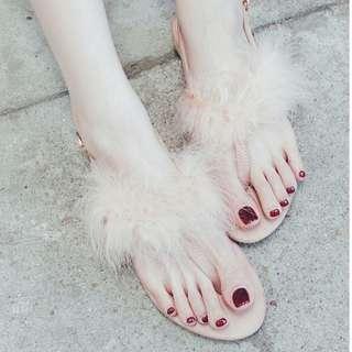 🚚 【週末女孩】韓系名媛風 低根毛毛夾腳露趾涼鞋 輕奢時尚毛毛涼鞋 時尚低跟涼鞋 甜美穿搭 約會必備 閨密款涼鞋 SH101