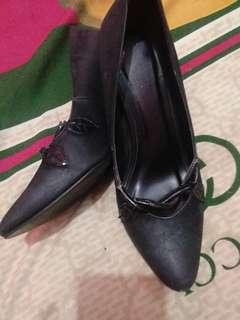 Sepatu hitam kerja