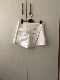 🚚 全新韓版斜鈕扣側拉鏈白色褲裙短褲