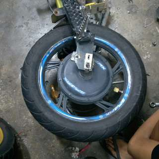 Black wheel come wif front rim both tubeless