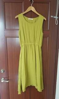 芥黃色洋裝。