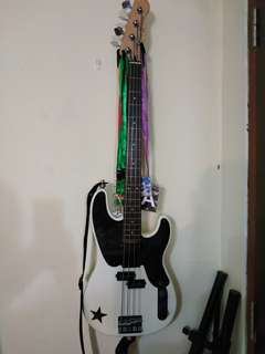 Squier by Fender Mike Dirnt PBass