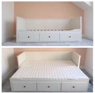 Single size bed, convertible to queen size bed