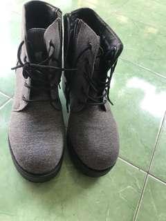 Sepatu buts preloved ukuran 38-39 . Brand lokal china