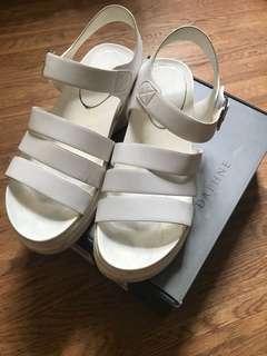 🚚 達芙妮白色厚底防水涼鞋