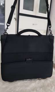 Authentic Balenciaga – laptop bag – black – polyester – made in P.R.C. – imported by BSC Italia s.p.a. – dimensions: (excluding handles) 41 x 35 x 3 cm.   Masih ada tag yah