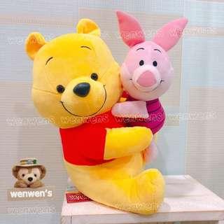 【Wenwens】日本帶回 正版 迪士尼 小熊維尼 維尼 抱 小豬 娃娃 布偶 玩偶 POOH 一對售價 38*24cm