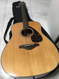 YAMAHA FG700S (free beginner book, capo, picks, carrier bag)