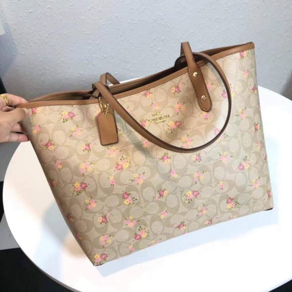 Coach reversible tote bag, Luxury, Bags   Wallets, Handbags on Carousell 75cc5587a5