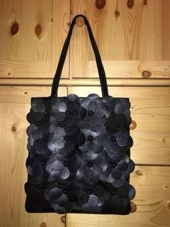 東京品牌Tokyo Bopper 25週年減價全新全黑色手袋昨天才收到EMS快遞但我不小心選擇錯了顏色所以出售有意者請留言或Pm我 ..... 謝謝大家!