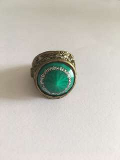Diva Green and burnished gold Ring (B5F1)