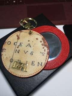 Sobdeall 皮件 紅色地圖款鏡子掛飾 有盒