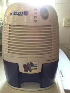 德國德信 Kuzzo ECO小飛象環保吸濕機, 二手,只使用數次,充滿电放入衣櫃抽濕,水滿自動断电,置放於衣櫃,雜物櫃,抽濕用