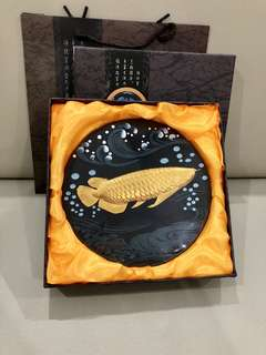 Brand New Auspicious 金龙鱼 Arowana decorative frame with the stand😁comes in a gift box + paper carrier👌🏻its good solid quality not those cheapo quality. 19 x 23cm.